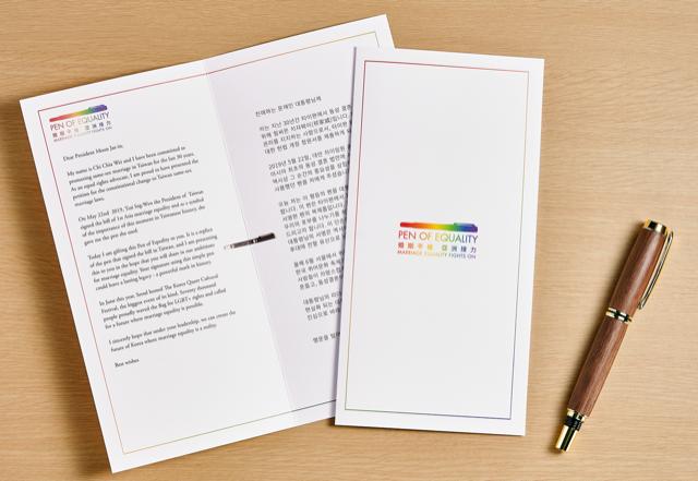 台湾婚姻平权倡议者祁家威将蔡英文送他的笔复刻寄送给四国元首,盼他们推动同性婚姻法。(台湾同志运动发展协会提供)