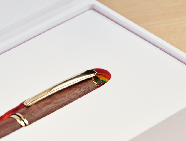 祁家威致赠四国亚太领袖的复刻笔,多了彩虹图案。(台湾同志运动发展协会提供)