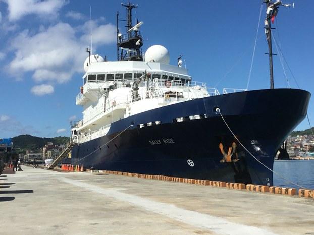 """美国海军科学研究船""""莎莉莱德号""""高挂美国国旗和台湾青天白日旗,进入台湾基隆港停靠。(交通部航港局提供)"""
