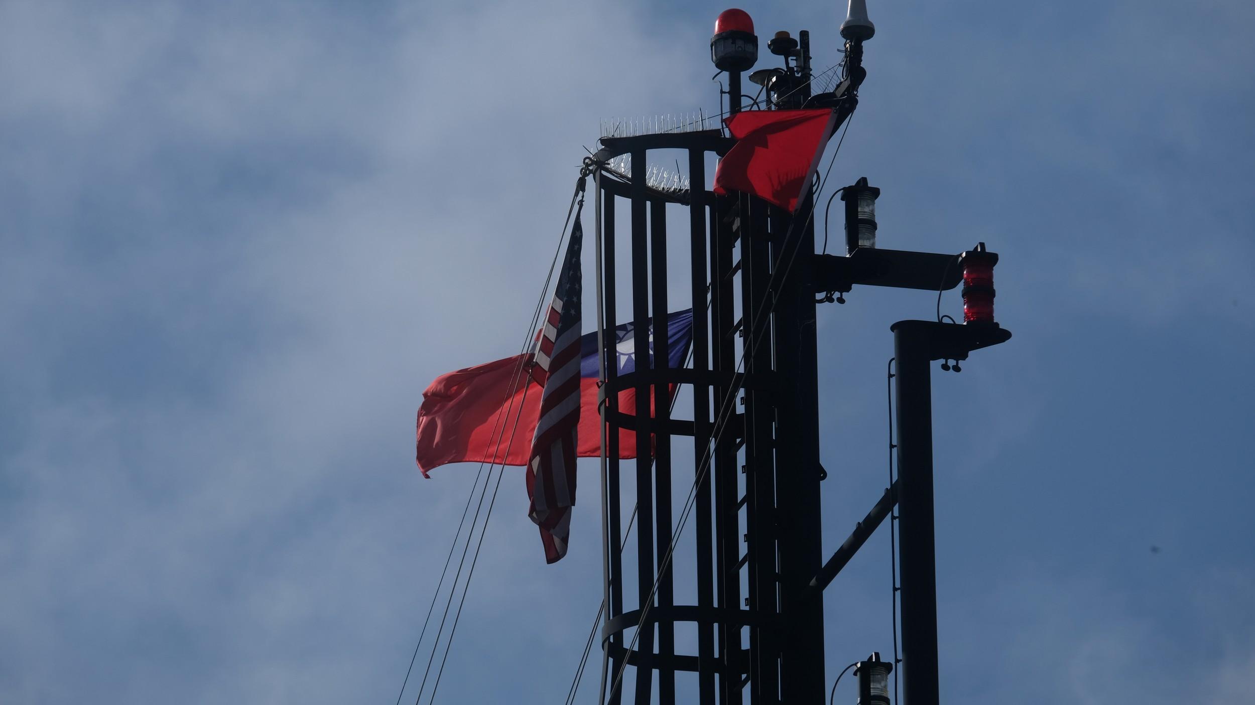 """美国海军科学研究船""""莎莉莱德号""""高挂美国国旗和台湾青天白日旗,进入台湾基隆港停靠。(林姓民众提供)"""