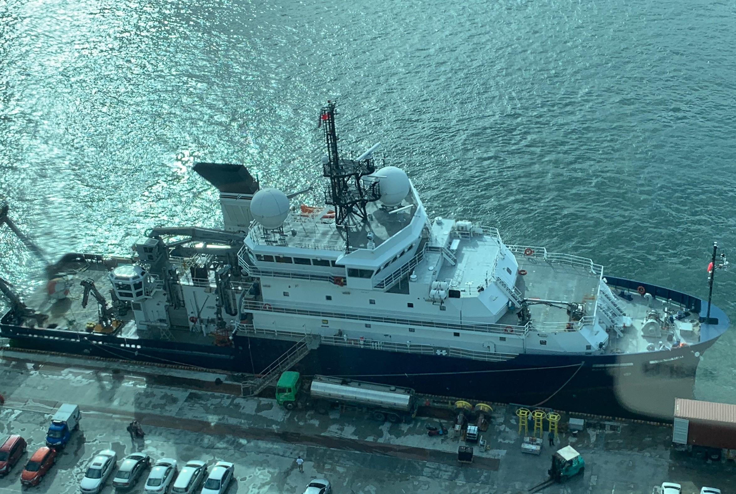 """美国海军科学研究船""""莎莉莱德号""""停靠台湾基隆港。(林姓民众提供)"""