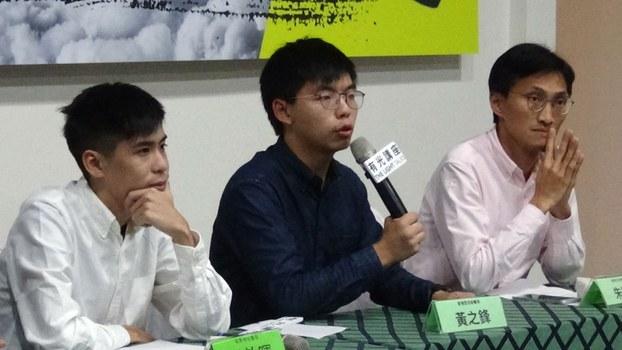 香港立法会议员朱凯迪(右)、香港众志秘书长黄之锋(中)、学联前副秘书长岑敖晖(左)4日在台北一场论坛,回应林郑月娥宣布撤回《逃犯条例》。(记者夏小华摄)