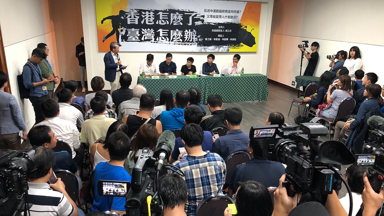 香港反送中运动受到全世界关注,香港社运青年黄之锋等人在台北的论坛,吸引媒体和民众参加。(记者夏小华摄)