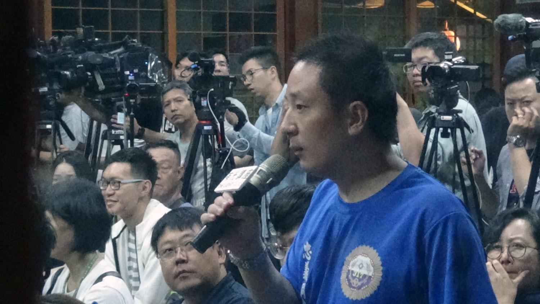 滞台中国大陆异议青年温起锋到场聆听黄之锋等人演讲,并发言呼吁团结对抗邪恶政权。(记者谢文华摄)