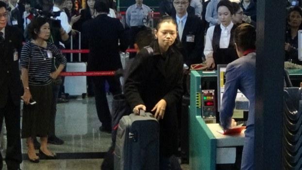 2017年11月27日李净瑜在台湾桃园国际机场启程赴陆聆听丈夫被宣判。(资料照、记者夏小华摄)