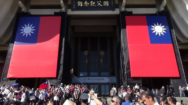 蓝营大团结,在孙中山纪念堂自办双十庆典,悬挂大幅青天白日旗。(夏小华拍摄)