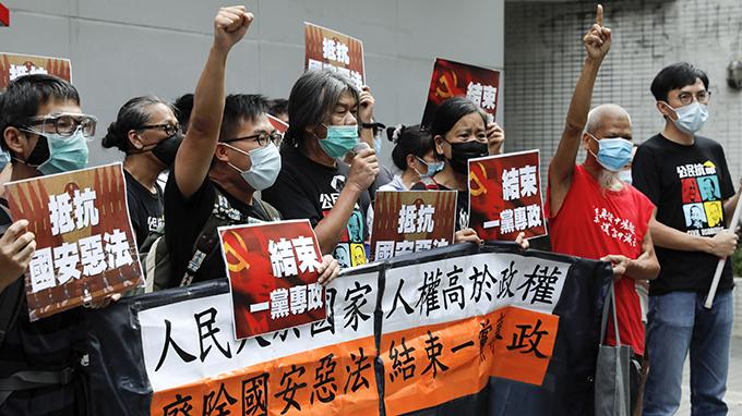 """2020年7月1日,民众在香港抗议""""国安法""""。(美联社)"""