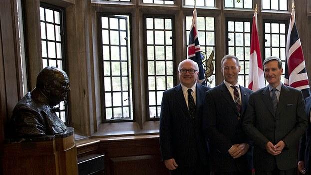 加拿大、英国及澳大利亚国旗与三国官员(美联社)