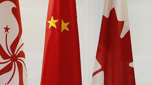 香港区旗与中国、加拿大国旗(美联社)