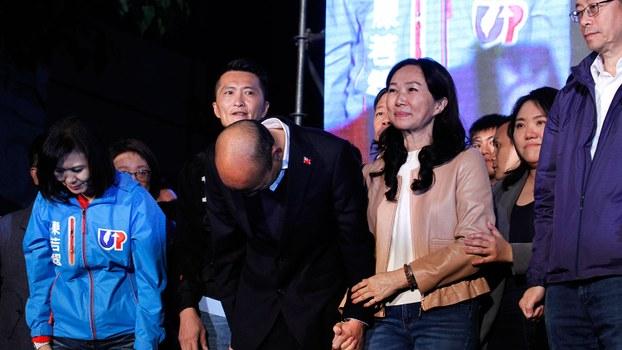 2020年1月11日,台湾国民党总统候选人韩国瑜(中)在高雄市党总部外集会中,韩国瑜承认败选并向选民一鞠躬。(法新社)