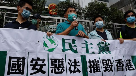 图为,民主人士抗议港版国安法。(美联社)
