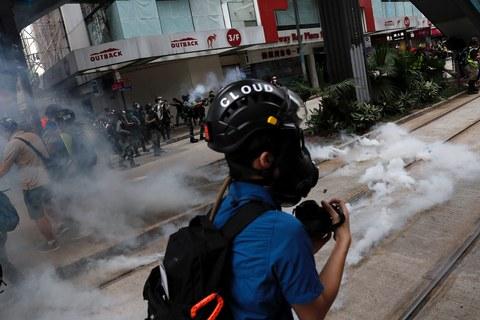 """中国人大刚通过的""""港区国安法"""",将其中""""禁止危害国安的行为"""",改为""""禁止危害国安的行为和活动"""",增加了""""活动""""两个字。图为,2020年5月24日,港民举行反""""港版国安法""""大游行活动中,防暴警察以催泪瓦斯驱散示威人群。(路透社)"""