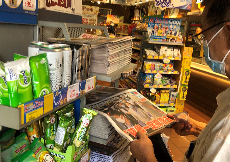 《苹果日报》创办人黎智英被捕,市民抢购报纸声援。(乔龙摄)