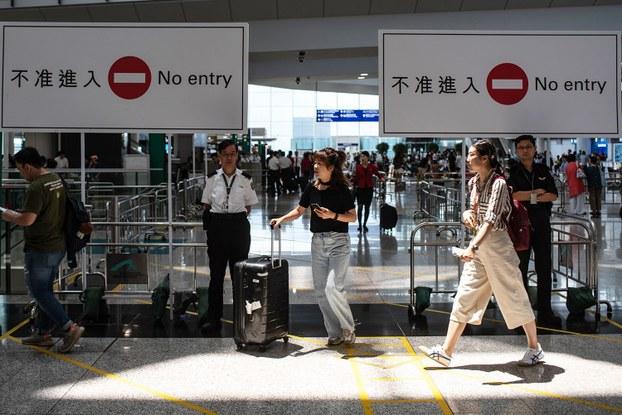 2019年8月14日,香港国际机场的乘客抵达大厅。(法新社)