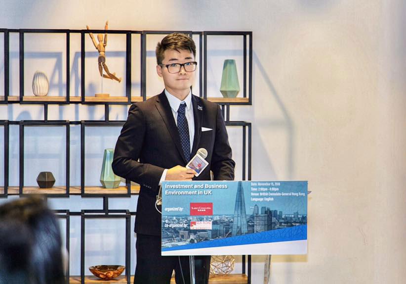 英国驻港总领事馆香港雇员郑文杰。图为郑文杰在英国驻港总领事馆参与投资贸易政策简报会上。(图源:facebook/Cheng Man Kit)