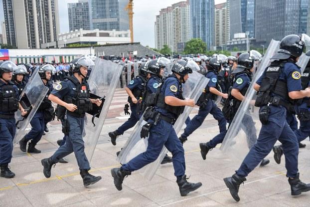 2019年8月6日,香港示威冲突愈演愈烈之际,中国深圳警方在与香港一海之隔的深圳湾口岸附近,举行了一场声势浩大的反恐防暴演习。(法新社)