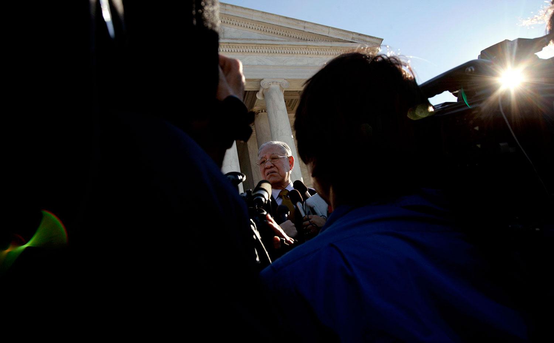 2005年10月17日,台湾前总统李登辉在访问华盛顿杰斐逊纪念堂时对记者讲话。(路透社)