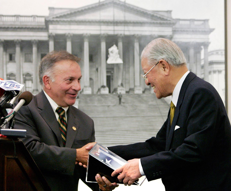 2005年10月19日,在华盛顿国会山举行的招待会上,台湾前总统李登辉与国会议员汤姆•坦克雷多(Tom Tancredo)。(路透社)