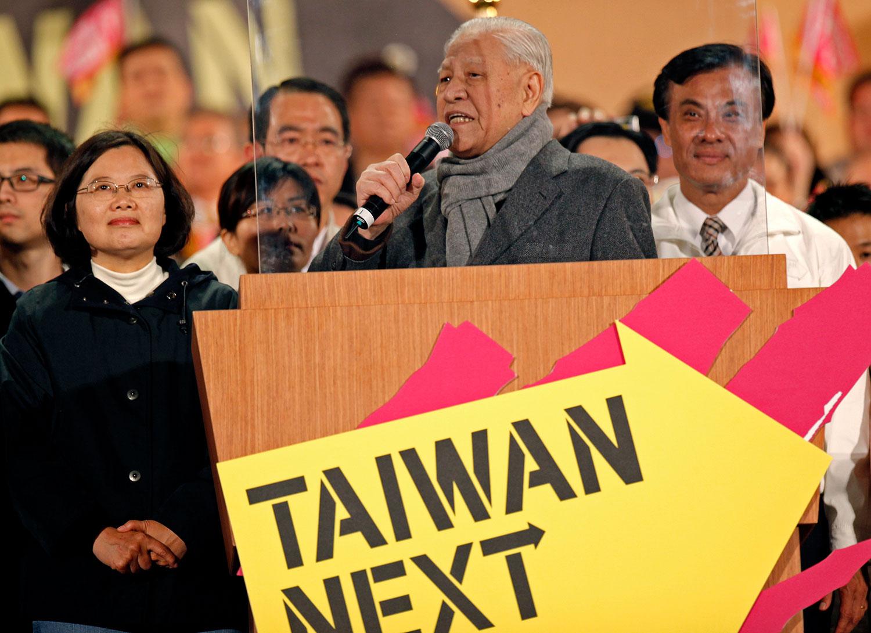 2012年1月13日,台湾前总统李登辉在台湾新北市举的最后一次选举集会上,在民进党总统候选人蔡英文的旁边讲话。(美联社)