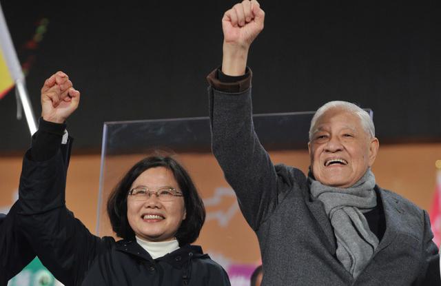 资料图片:李登辉(右)在2012年台湾的总统大选投票前夕,为当时的民进党侯选人蔡英文站台。(法新社)