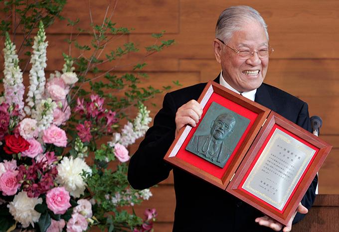 资料图片:台湾前总统李登辉2007年6月1日在日本东京接受颁奖(路透社)