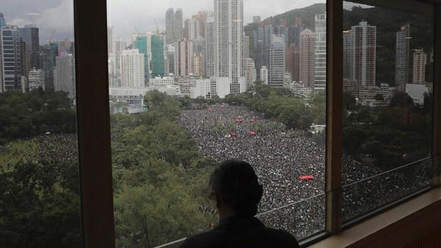 2019年8月18日,香港民众在维园聚会抗议。(美联社)