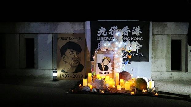 2020年11月8日夜,旧金山各港人团体在默塞德湖边为周梓乐举行悼念活动。(脸书截图/北加州香港会)