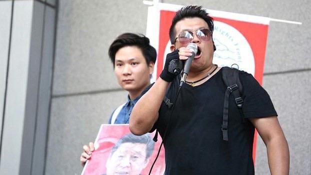 """2018年7月,香港独旗队在""""民阵""""集会内宣传香港独立。左为陈家驹,右为郑侠。(郑侠提供)"""