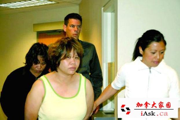 加拿大边境服务局(CBSA)发言人伍德尔(Stefanie Wudel)7月18证实,16日在温哥华机场逮捕5名持中国护照的男女。疑祈福党5人离境机场被捕行李检大量没申报现金。受骗人士也已指认出其中3人。他们18日出席拘留聆讯后,审裁官决定将他们继续拘留。 图为被捕的两名女子前为Yang Yujian,后为Shaoqiong。(加拿大家园 iask.ca)