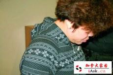 加拿大边境服务局(CBSA)发言人伍德尔(Stefanie Wudel)7月18证实,16日在温哥华机场逮捕5名持中国护照的男女。疑祈福党5人离境机场被捕行李检大量没申报现金。受骗人士也已指认出其中3人。他们18日出席拘留聆讯后,审裁官决定将他们继续拘留。 图为被捕的一名女子Lin Xiao Qiong。(加拿大家园 iask.ca)