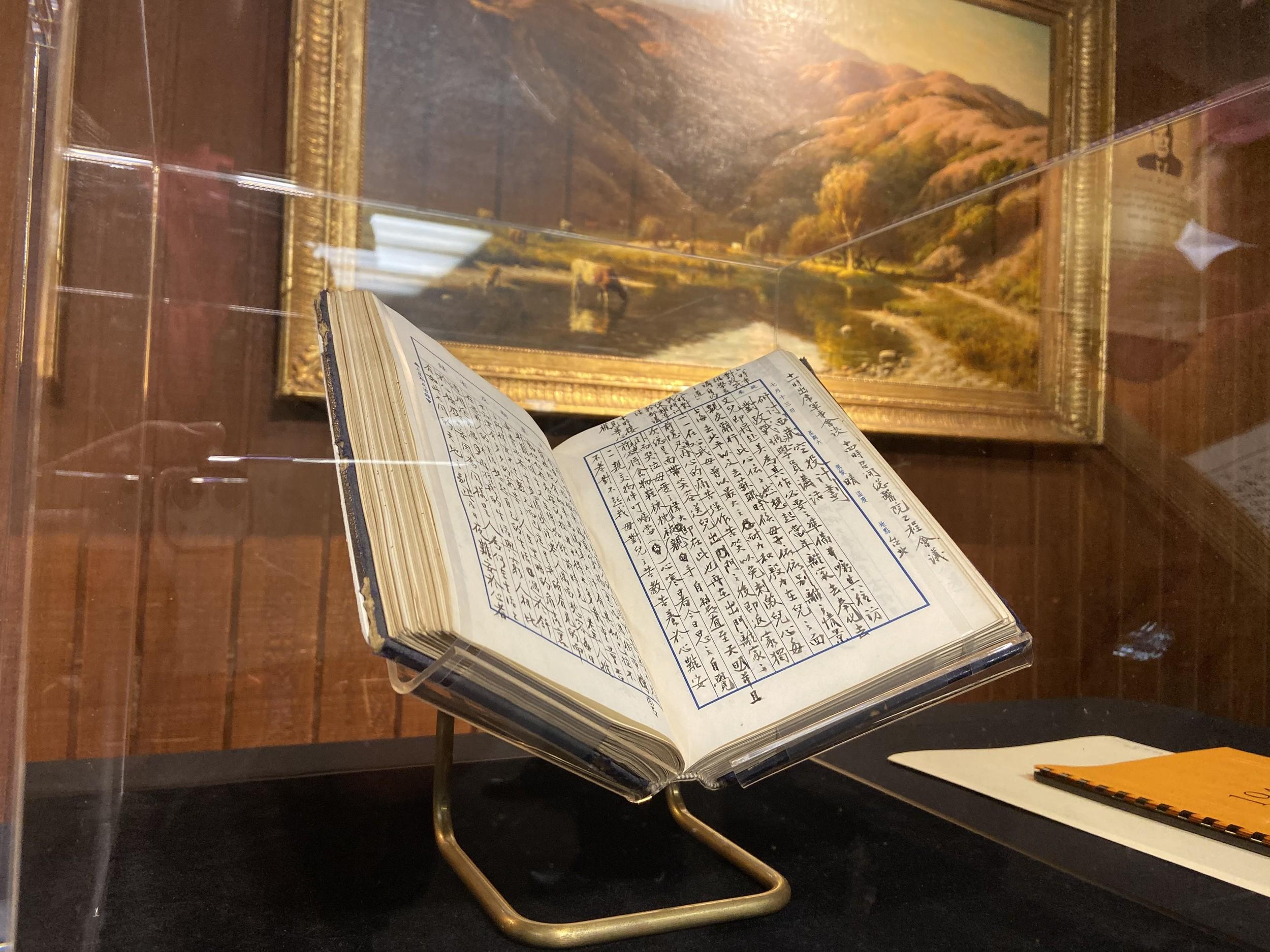 现场公布的蒋经国日记原件。(王允摄影)