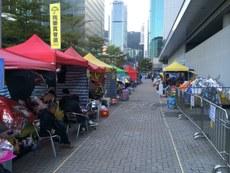 在添美道丶立法会道行人路一带占领的帐篷数量近日猛增,占领区延伸扩大至政府总部附近 。(忻霖摄)