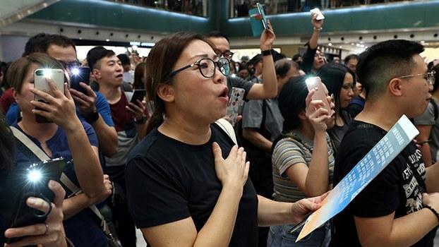 2019年9月11日,香港民众再次上街抗议,他们唱起了歌曲《愿荣光归香港》。(路透社)