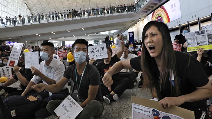 2019年7月26日,民众在香港机场抗议。(美联社)