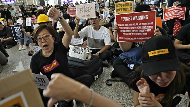 2019年7月26日,民众在香港机场举行抗议活动,一些机场员工也加入了抗议的行列。(美联社)