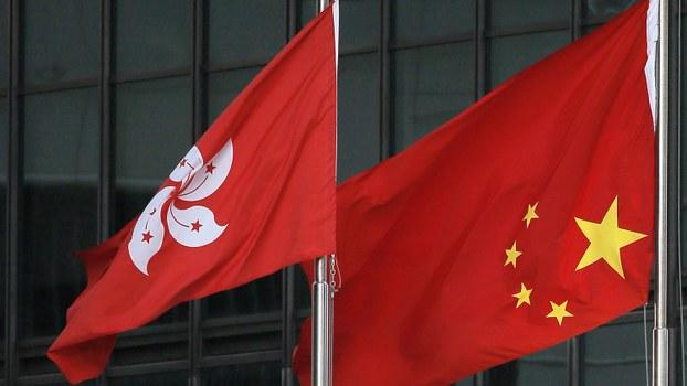 中国国旗与香港特区区旗(美联社)