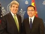 张贾龙(右)2014年会见时任美国国务卿的克里。(脸书图片)