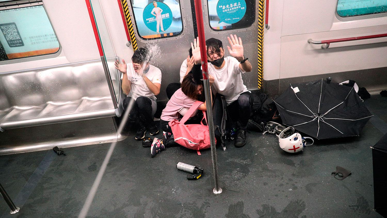 2019年8月31日,香港太子地铁站的一列火车内警方向市民施放胡椒喷剂。(美联社)