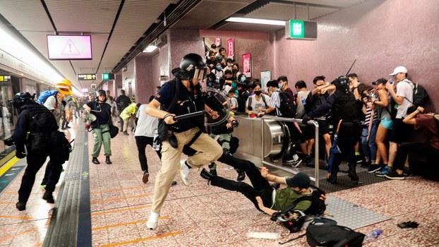 2019年8月31日,警方在香港太子地铁站袭击抗议者。(美联社)