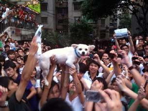 广州包括80后在内的数千民众,星期天抗议电视台以普通话取代粤语播音。(参与者拍摄/记者乔龙)