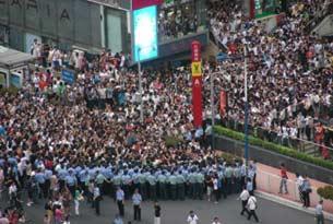 近三千人参加了集会,公安和保安员筑起人墙,阻止年轻人前行。(参与者拍摄/记者乔龙)
