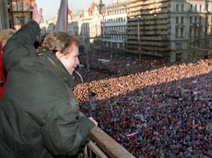 资料图片:1989年12月10日,哈维尔向聚集在布拉格瓦茨拉夫广场上的数千民众挥手致意(法新社)