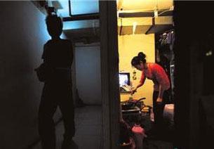 """图片:地下室居民的""""鼠族""""生活(网友拍摄上传/记者丁小)"""