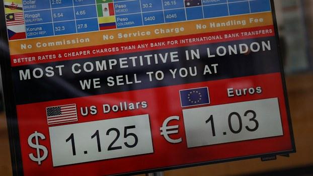 3月20日英国伦敦一家货币兑换店显示的英镑与美元欧元汇率。新冠病毒爆发后,西方国家的政府采取发放补助等方法帮助这些国家的弱势群体。(美联社)