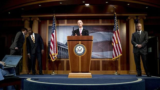 美国国会参议院2020年3月25日通过经济刺激法案后举行记者会(美联社)