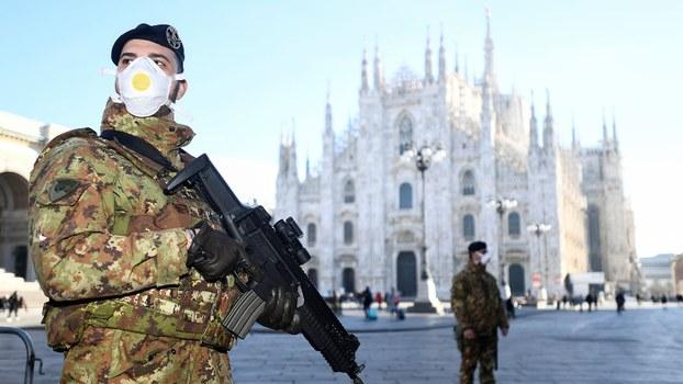 2020年2月24日,意大利米兰,戴面罩的军官站在大教堂附近,由于冠状病毒的爆发,当局将其关闭。(路透社)