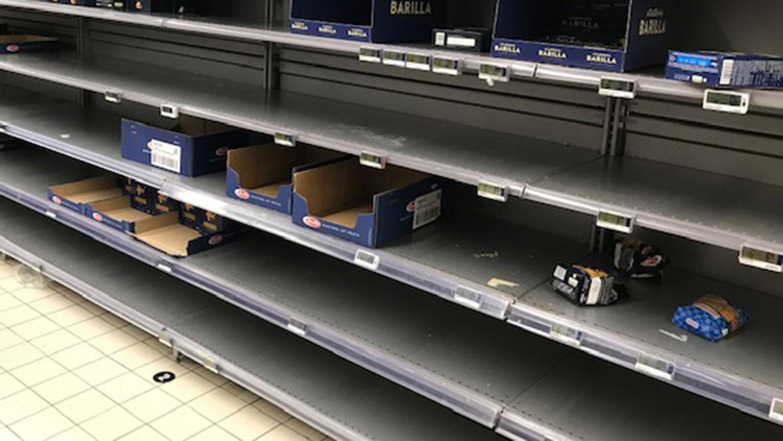 法国进入作战状态,超市义大利面抢购一空。(蔡凌摄)