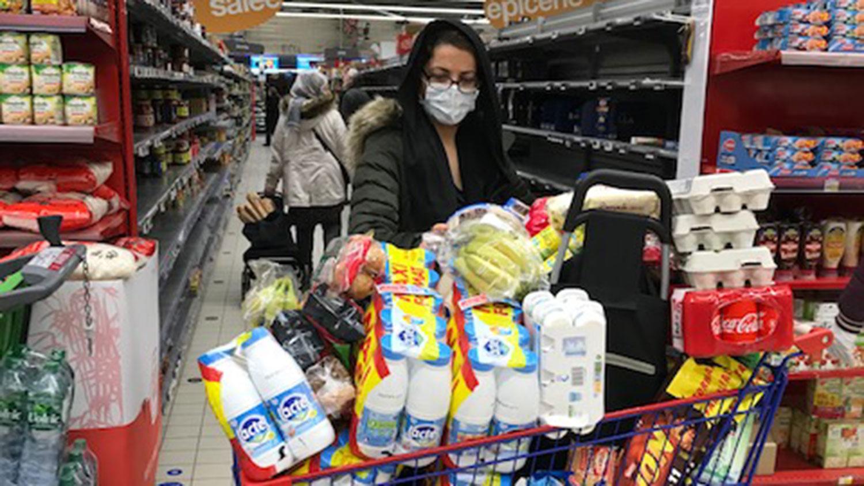 法国17日中午开始实施限制行动令,民众上午到超市抢购囤积货物。(蔡凌摄)
