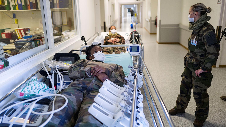 图为,2020年3月24日,在封锁期间士兵参加了在法国米卢斯的埃米尔·米莱尔医院外的军事野战医院进行演习。(路透社)
