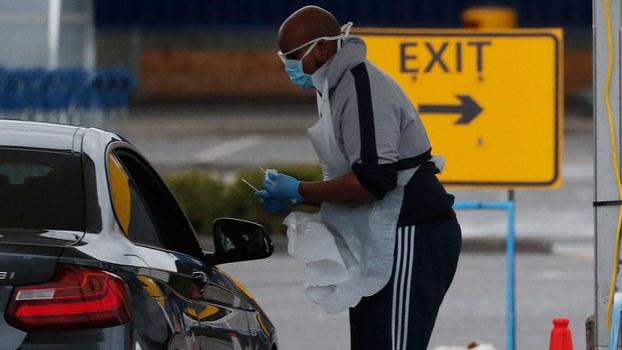 2020年4月1日,国家卫生局的工作人员在伦敦北部中心驾车等着车上接受冠状病毒测试。(美联社)